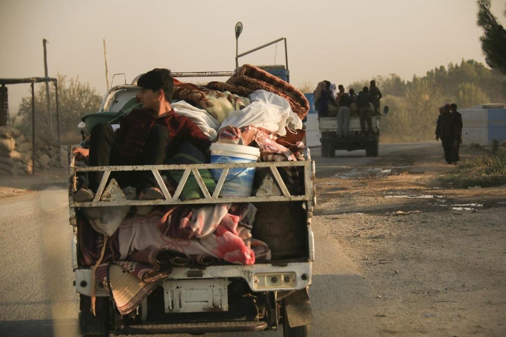 !!AP!! 2019.11.09ig!! mti.19.10.09. Szíriai családok menekülnek a bombázás elől az északkelet-szíriai Rasz al-Ajn településen 2019. október 9-én.