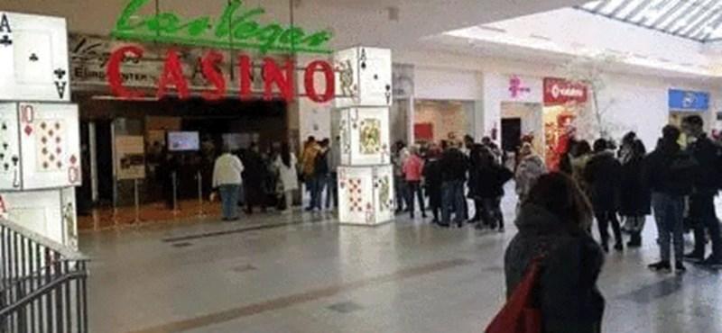 Hosszú, tömött sor állt az Eurocenterben a kaszinó előtt szombat dél körül