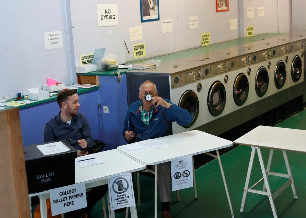 afp.17.06.09. - Hétköznap mosoda, a választások napján szavazóhelység Oxford küldterületén