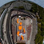 Gigászi figura pancsol az elhagyott párizsi uszoda betonteknőjében