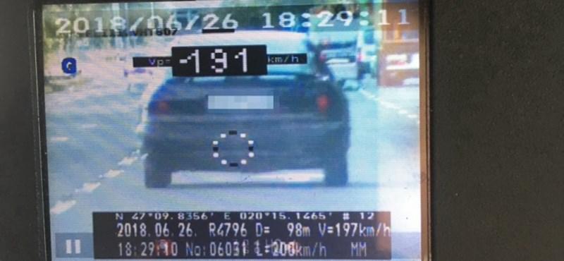 Nem számított a 40-es tábla: 195 km/órás sebességgel repesztett egy motoros a 4-es főúton.