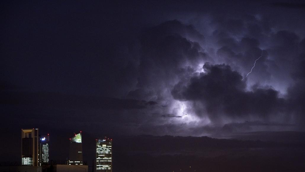 Elektromos vihar Madrid üzleti negyede fölött - hét képei nagyítás