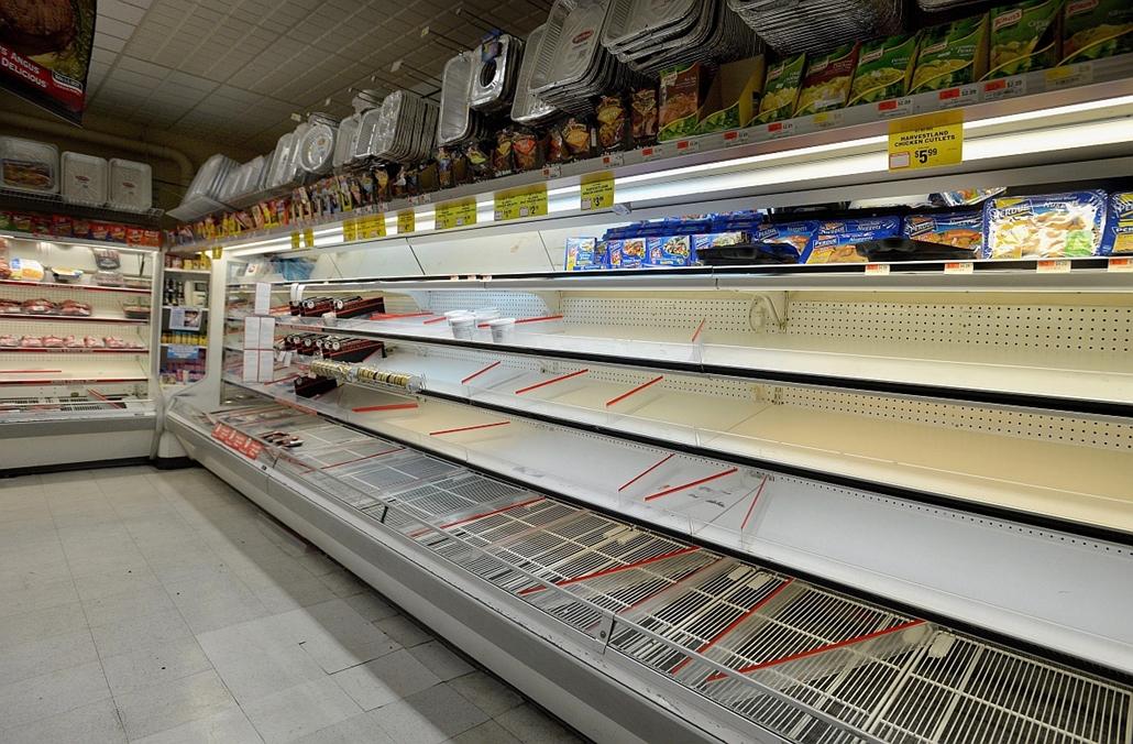 Üres hűtőpult egy New York-i áruházban - Sandy hurrikán