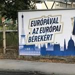 Simicska embere áll a titkos, Jobbikéhoz hasonló plakátok mögött