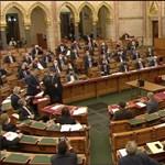 Bizonyítványt adott Szabó Tímea Orbánnak a Parlamentben