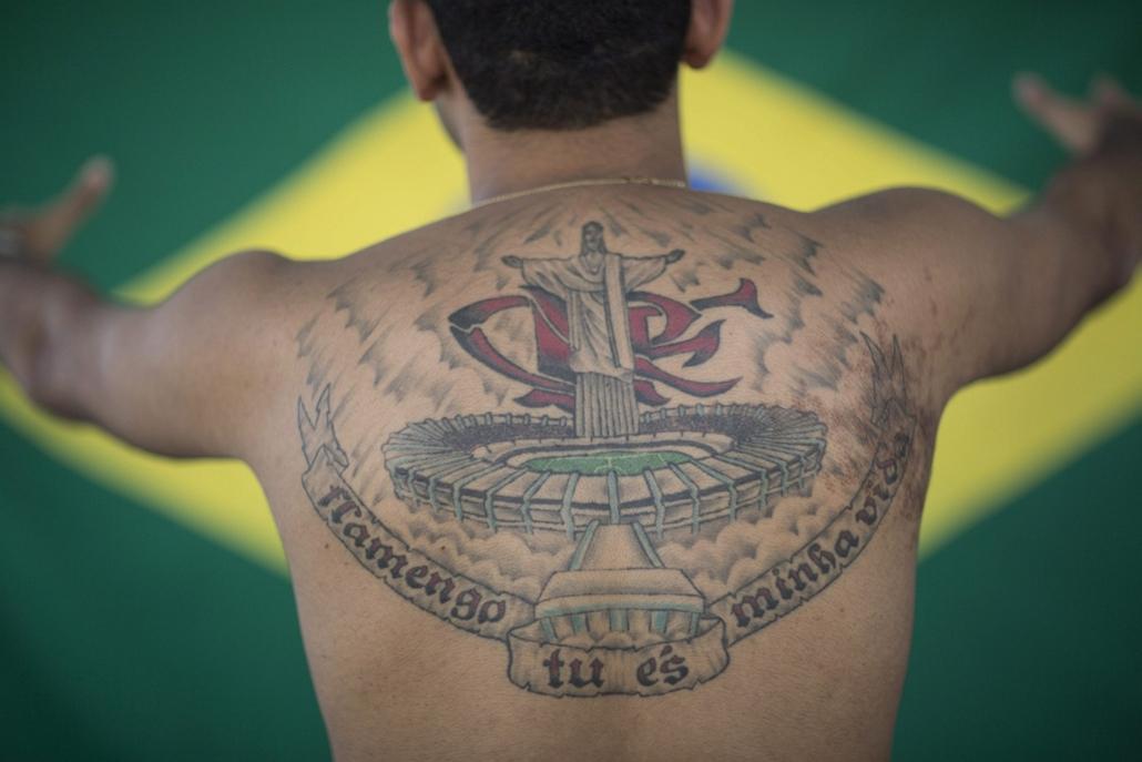 AP! készülnek a foci-vb tetoválások 2014.06.03. Rio de Janeiro