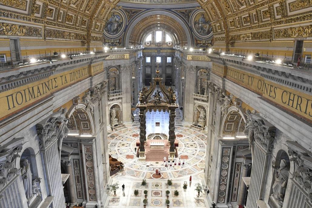 nagyítás - 20.04.05. A Vatikáni Média által közreadott képen Ferenc pápa zárt kapuk mögött pontifikált virágvasárnapi miséje a vatikáni Szent Péter-bazilikában a koronavírus-járvány miatt bevezetett kijárási korlátozások idején, 2020. április 5-én.