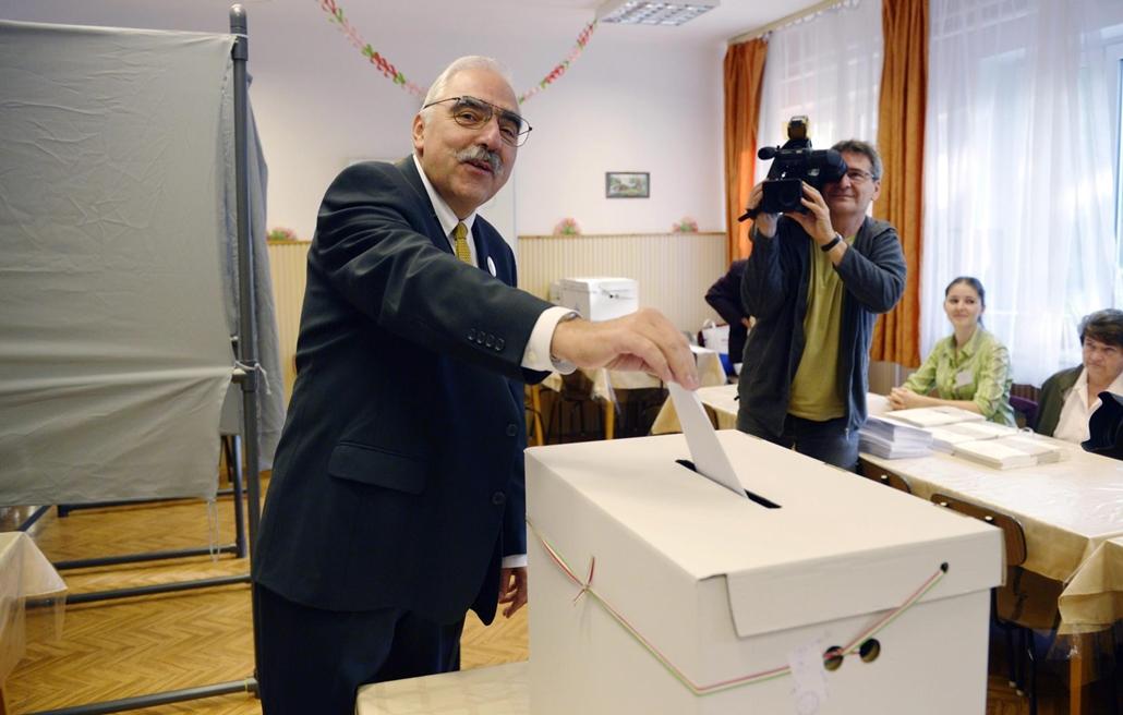 mti. választásnagyítás - választás 2014, önkormányzati választások 2014.10.12. okros Lajos, a Modern Magyarország Mozgalom (MoMa) baloldal által támogatott főpolgármester-jelöltje leadja szavazatát a Marosvásárhely utcai Gyöngyvirág Szociális Szolgálat ép