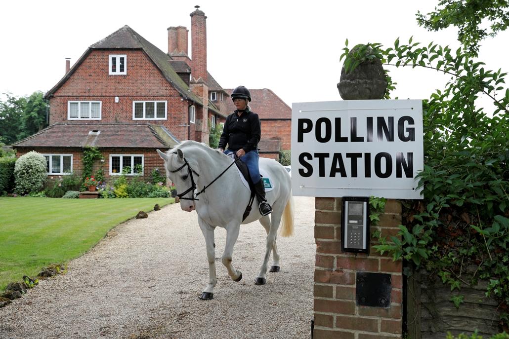 afp.17.06.08. - Sophie Allison Splash nevű lován a magánházból kialakított szavazóhelység előtt Reading közelében  brit választás, brit választás 2017