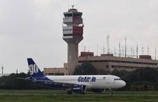 Kizuhant a repülőgép ajtaján egy légiutas-kísérő Mumbai repülőterén