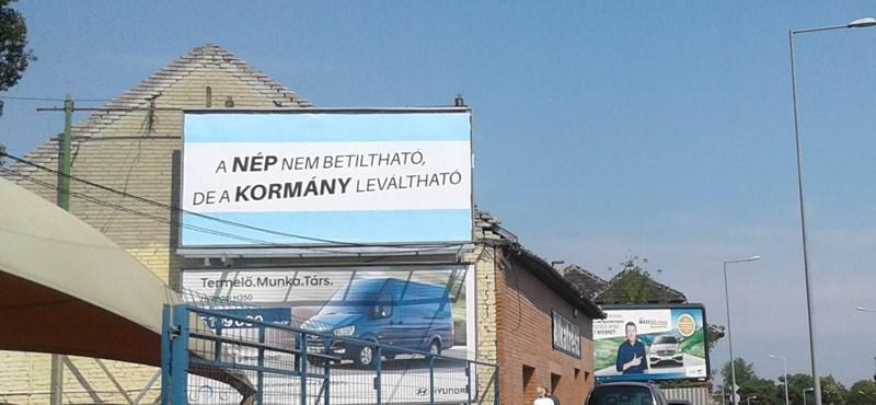 Nagyban is megérkeztek a rejtélyes kormányváltó plakátok