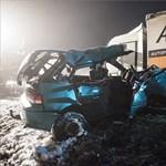 Ketten meghaltak a teherautónak csapódó Suzukiban – fotók