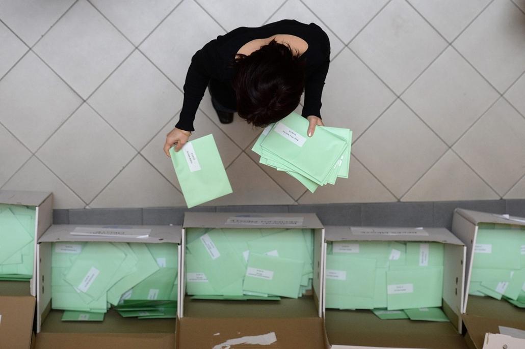 mti. Megkezdte a külképviseleti urnák bontását az NVI, 2014.04.10. A külképviseleteken leadott szavazatokat tartalmazó urnák felbontása után a voksokat tartalmazó borítékokat válogatják szét Budapesten, a Nemzeti Választási Iroda (NVI) Alkotmány utcai épü