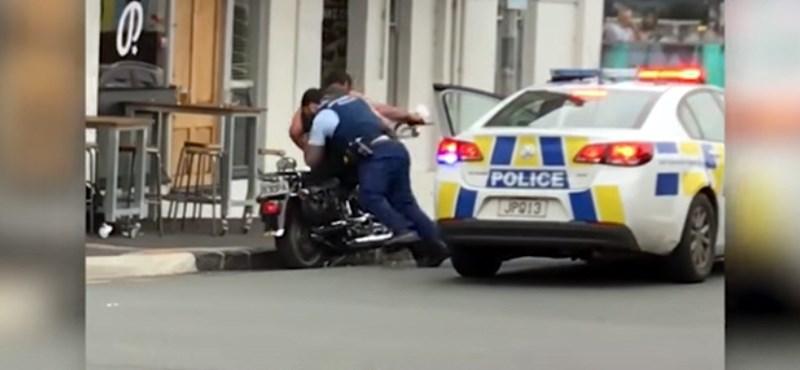 Ezt nézze meg, máshol, hogyan szedik le az agresszív motorost a gépéről – videó