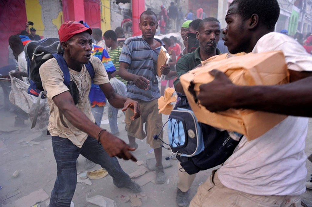 Fosztogatók zsákmányáért csapnak össze az emberek Port-au-Prince-ben 2010. január 16-án.