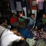 Több mint negyven tűzijátéknézőt ütött el egy vonat Indiában
