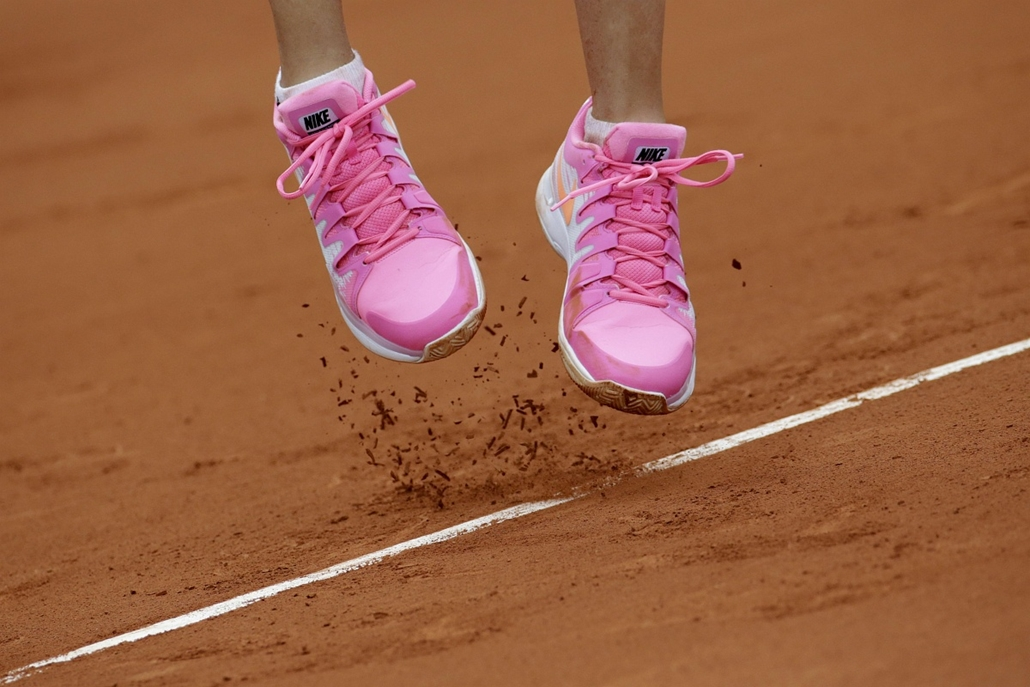 afp. az év sportfotói 2014. Párizs, Franciaország, Sport shoes are pictured during a French tennis Open quarter final match at the Roland Garros stadium in Paris on June 3, 2014.