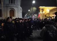 Tüntetők jutottak fel a Fidesz-székház erkélyére