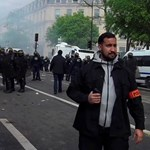 Macron biztonsági főnöke rendőrsisakban verte a civileket egy százfős tüntetésen
