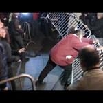 Videó: Így torkollt dulakodásba a Kossuth téri tüntetés