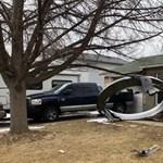 Denver elővárosára zuhantak egy felszálló repülő hajtóművének darabjai