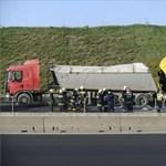 Brutális kamionbaleset miatt teljesen lezárták az M0-st