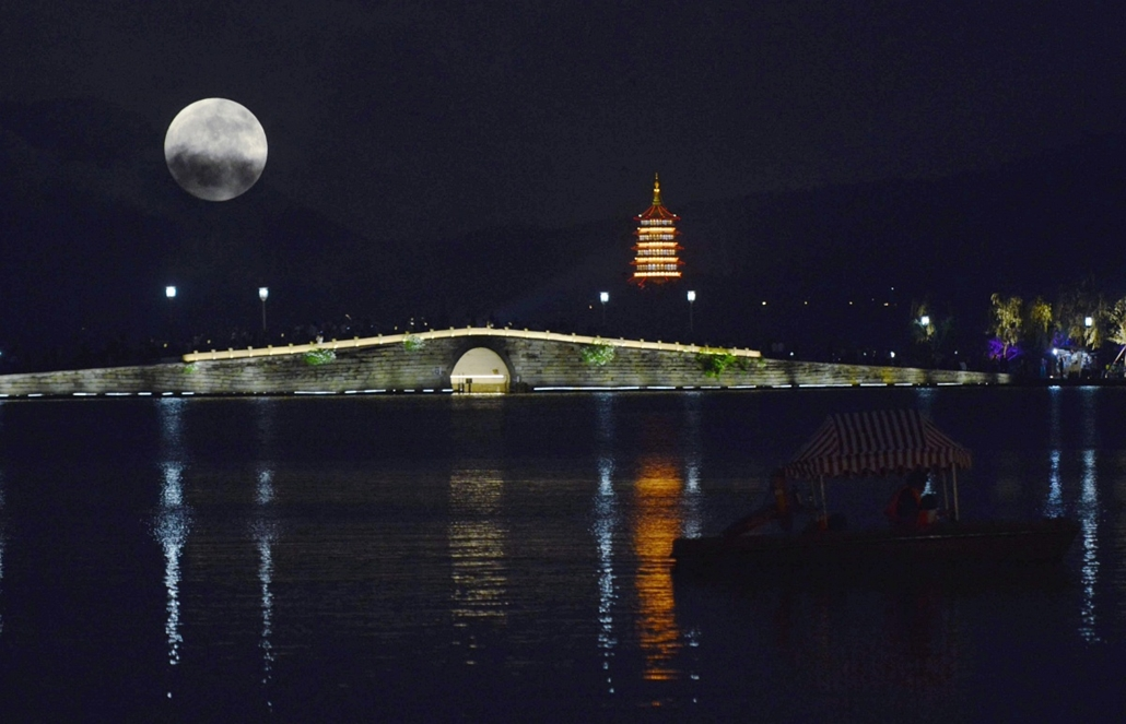 afp.15.09.28. - Hangzhou, Kína: holdfogyatkozás a Causeway kikötőnél - szuperhold