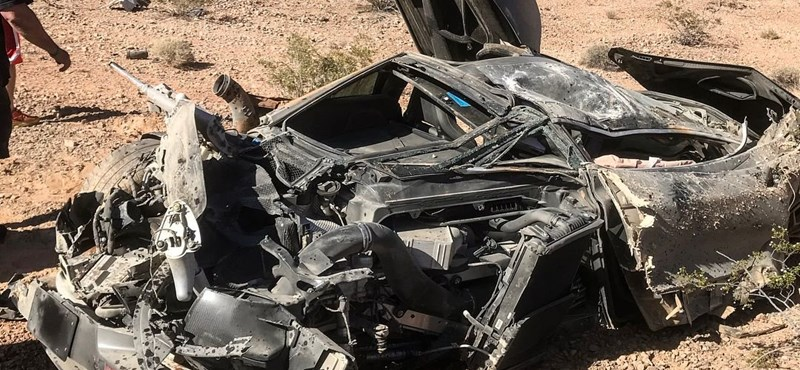 Ilyen csak a filmekben van: totálkáros McLarent találtak a sivatagban a rendőrök