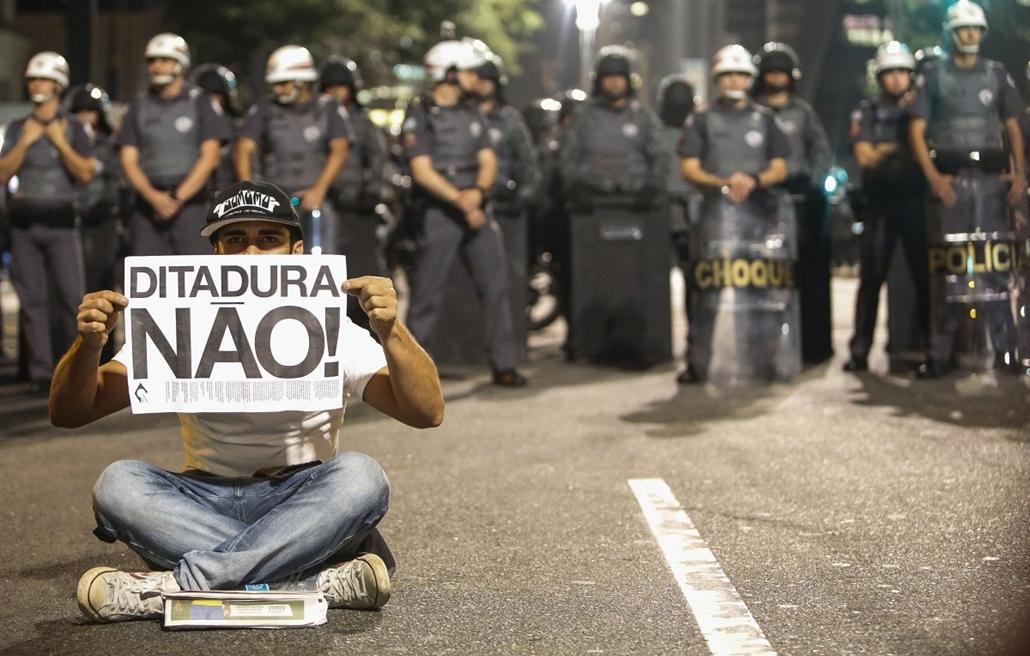 afp. hét képe 0623-0628 - Sao Paulo, Brazília, 2014.06.26. demonstráció - Demonstrators protest in Sao Paulo, Brazil on June 26, 2014. The placard reads No Dictatorship!.