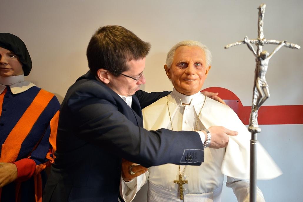 XVI. Benedek viaszszobra a viaszmúzeumban - pápaválasztás előkészületei - pavalko