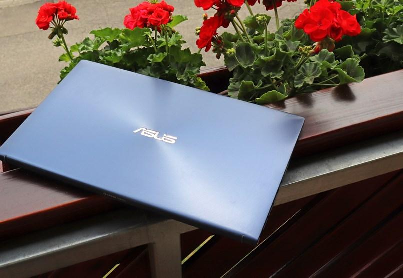 Vékony, két képernyője van és 7-8 órán át bírja: teszten az Asus új notebookja