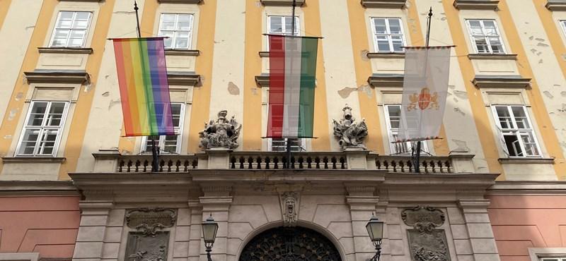Az amerikai nagykövetség is tiltakozik a szivárványos zászlók letépése miatt