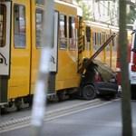 Meghalt a Zuglóban villamossal ütköző autó utasa is
