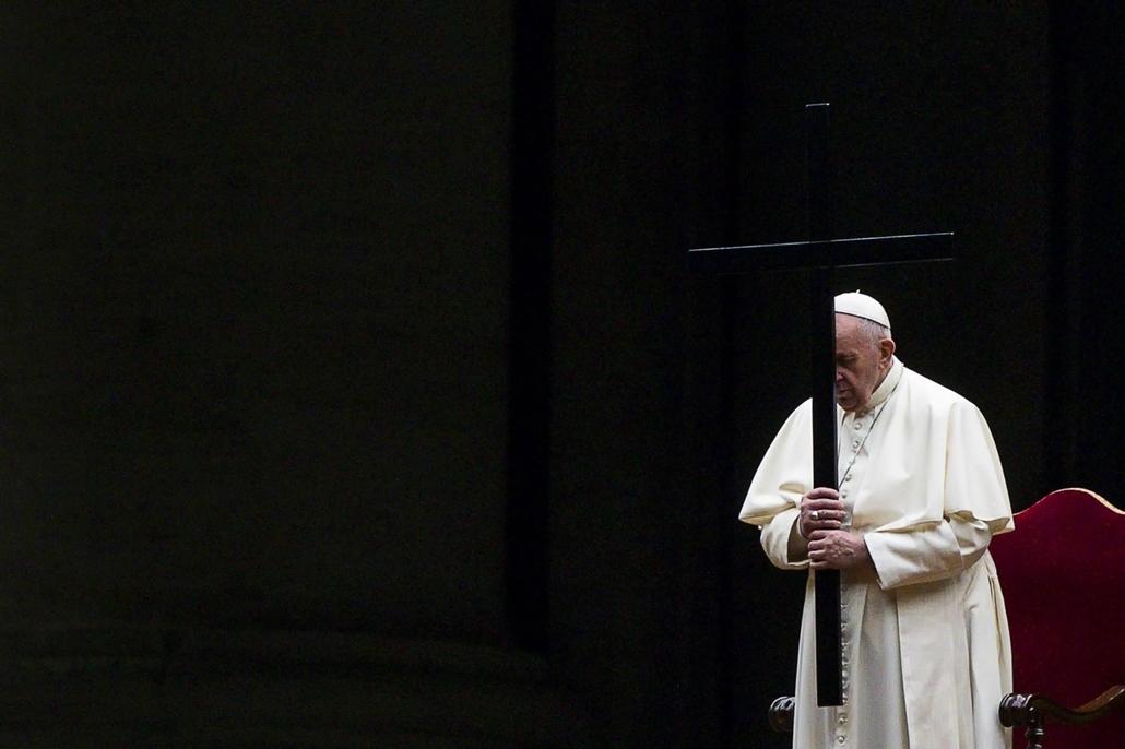 epa.21.04.03. Ferenc pápa a nagypénteki keresztúti szertartáson a koronavírus-járvány miatt szinte üres vatikánvárosi Szent Péter téren 2021. április 2-án este.