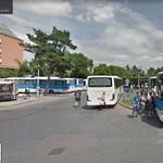 Nemrég adták át, máris ledarálta egy busz az egri állomás tetejét