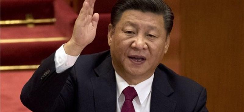 Kínában okostelefonnal bizonyítják az emberek a vezér iránti hűségüket