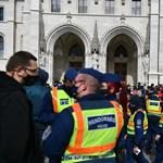 Egy politikus azt állítja, rendőrök gumibotozták Budapesten, de nem tesz feljelentést
