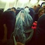 Fotó: zsákba csomagolta magát vallása miatt egy légiutas
