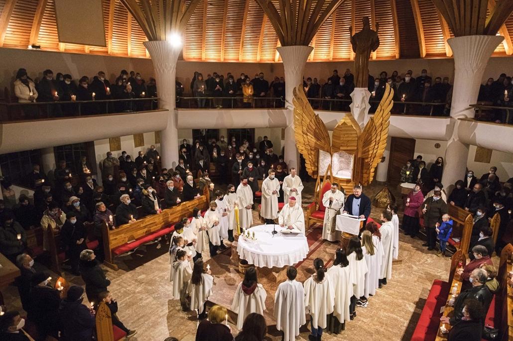 mti.21.04.03. Tamás József nyugalmazott segédpüspök (k) vezeti a húsvéti vigíliát a csíkszeredai Szent Kereszt-templomban 2021. április 3-án.