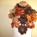 Ez a divat: virágos horgolt sál