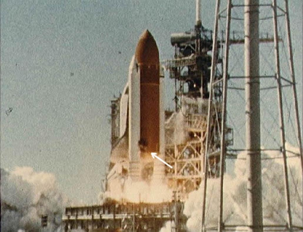 wiki_! Challenger-katasztrófa, 2016.01.28. Fekete füstpamacs figyelhető meg a Challenger jobb oldali gyorsítórakétájának alsó csatlakozásánál, közvetlenül az elemelkedés után