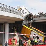Felüljáróról bicikliútra zuhant egy busz Lengyelországban