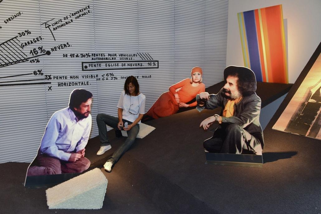 kka. Velencei Biennále 2014.06. nagyításnak - A központi pavilon építészeti elemeket bemutató kiállításán szereplő installáció az ideális lejtésű rámpa tervezésébe enged bepillantást.