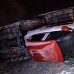 Videón a tréler, ami kilenc új autóval borult fel a 86-os úton