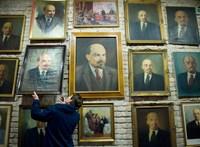 A Szovjet utcában, a Lenin-tér sarkán – így döntöttek szobrokat az oroszok