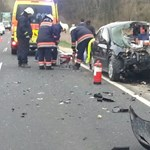 Fotók: Átszúrta az Opelt a szalagkorlát – a sofőr túlélte