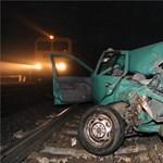 Üllőnél autóval, Kaposvárnál kamionnal csattant a vonat, nagy késések vannak