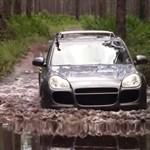 Csak félteni nem szabad, máris remek sárdagasztó a Porsche Cayenne – videó