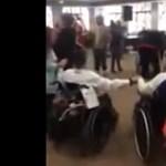 Videó: Közismert slágerre buliztak a fogyatékosotthon lakói, mielőtt rájuk törtek