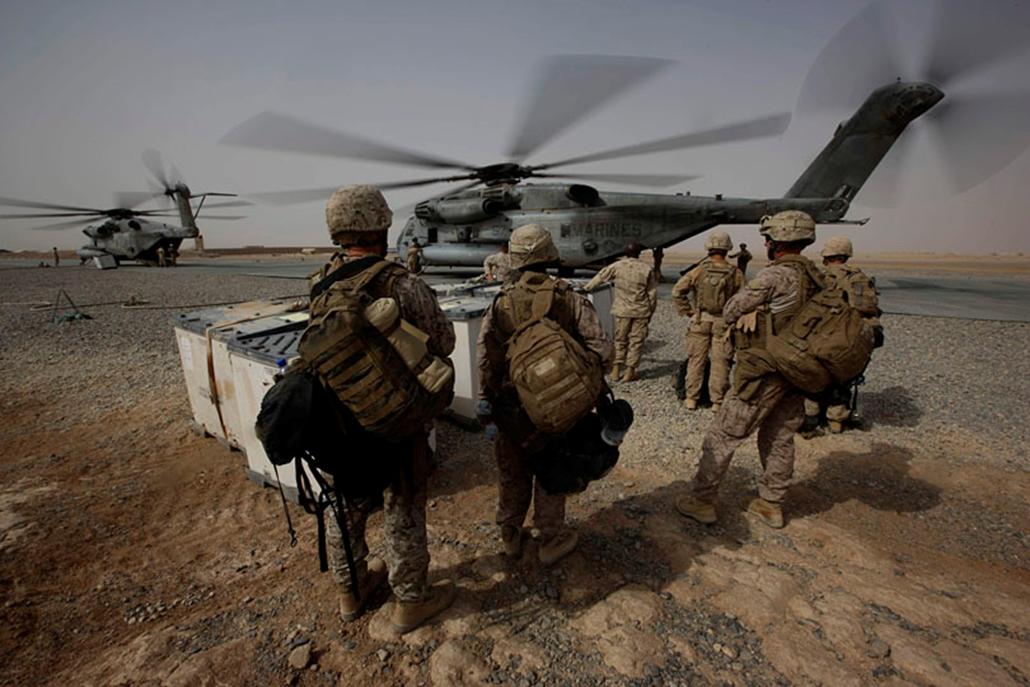 Amerikai katonák helikopterre készülnek szállni a dél-afganisztáni Hilmend tartományban lévő egyik táborukban.
